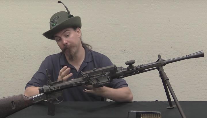 """Questo youtuber ha smontato la """"peggiore mitragliatrice italiana"""" della storia"""