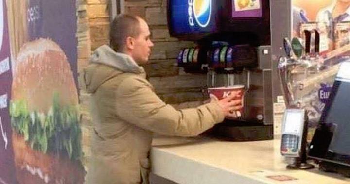 Este superhombre utilizó el cubo de pollo para servirse refresco