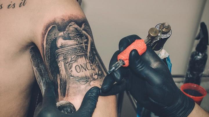Os riscos para a saúde de fazer uma tatuagem