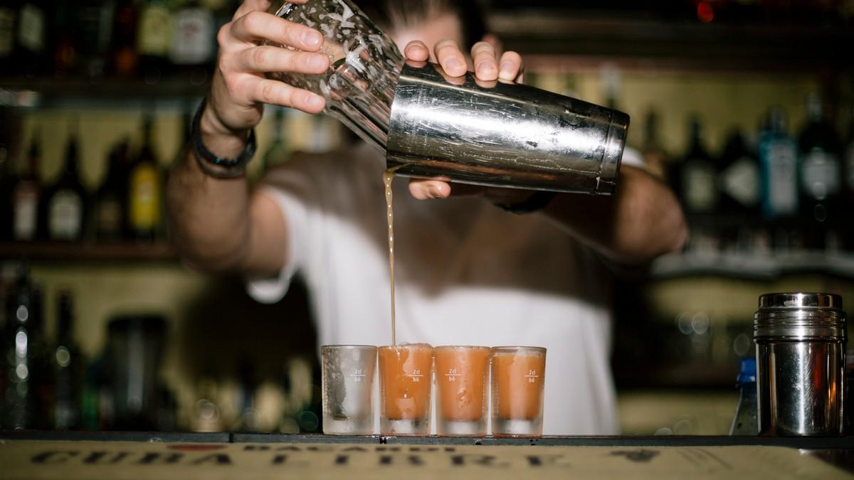 10 Fragen an einen Barkeeper, die du dich niemals trauen würdest zu ...
