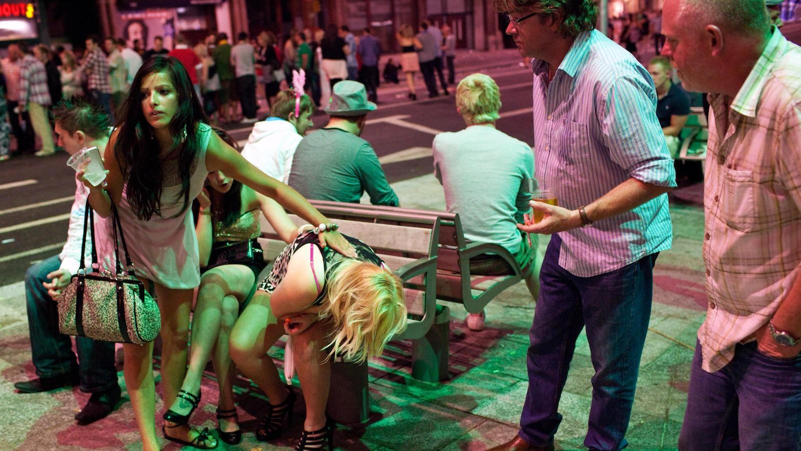 Толпа пустила по кругу девушку, Gangbang порно видео где ебут толпой смотреть онлайн 25 фотография