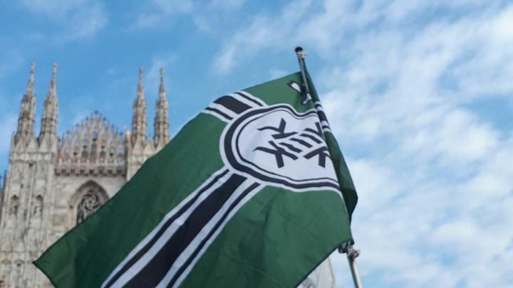 Cos'è la bandiera del 'Kekistan' apparsa al comizio di Salvini a Milano