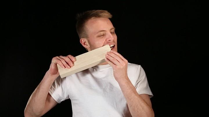 Por que esse cara fez um banquinho de madeira usando os dentes