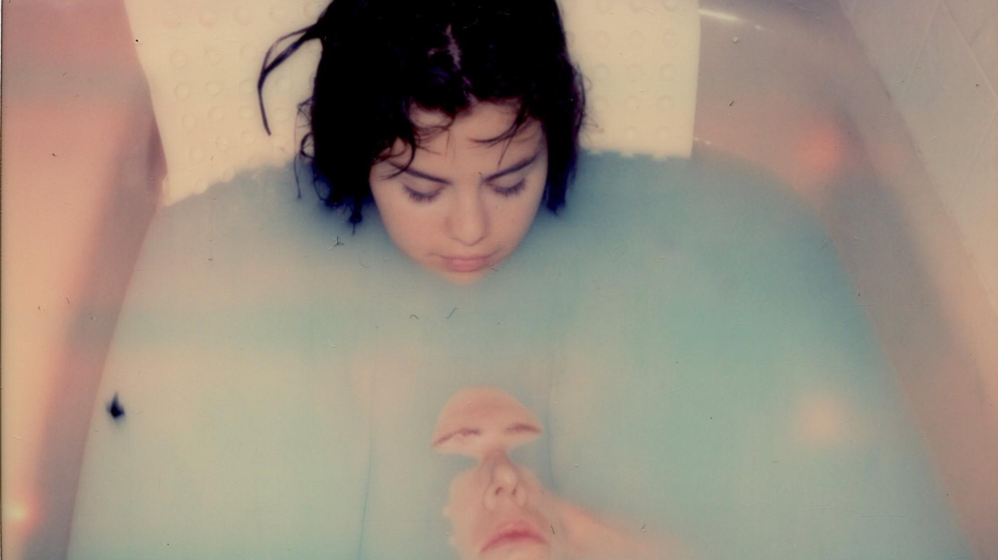 Gomez bath selena Selena Gomez