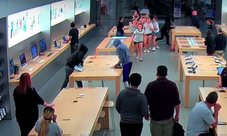 vice.com - River Donaghey - Watch Thieves Casually Steal $27,000 of Mac Gear from an Apple Store