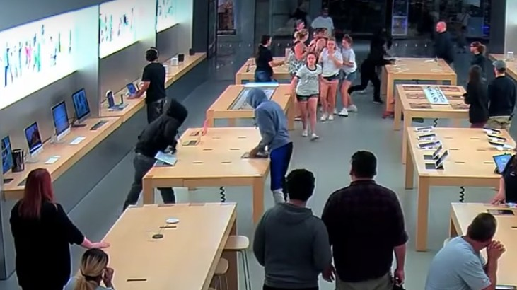 Watch Thieves Casually Steal $27,000 of Mac Gear from an Apple Store
