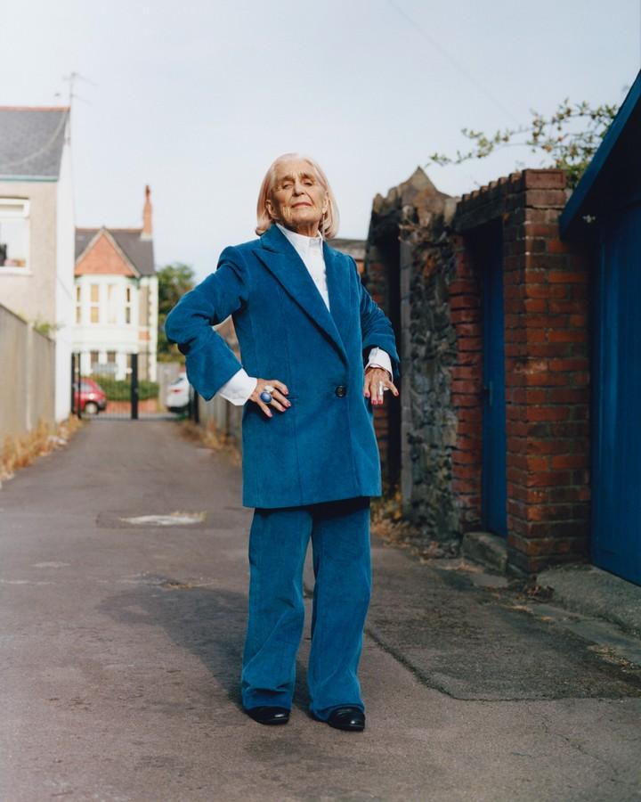 helmut lang recluta a mujeres de la tercera edad en gales para su última campaña