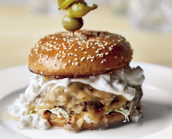 Cheeseburger di brisket con salsa al bacon e cipolla