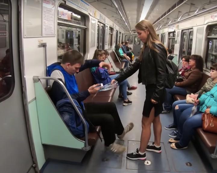 Una mujer rusa vierte cloro a los hombres que se sientan de piernas abiertas
