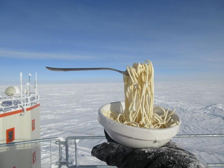 Queste foto di cibo congelato dimostrano quanto è assurdo vivere in Antartide