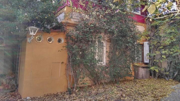 La pesadilla inmobiliaria del mes: vive en el jardín de un rico por 600 €