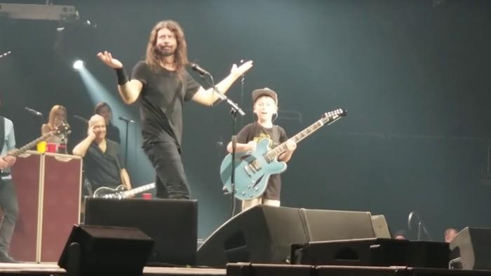 10-jähriges Kind covert mit Dave Grohl Metallica-Songs und reißt alles nieder