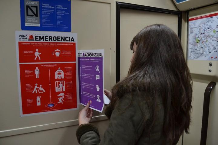 Dos estudiantes han llenado el metro de Madrid con carteles contra el acoso sexual