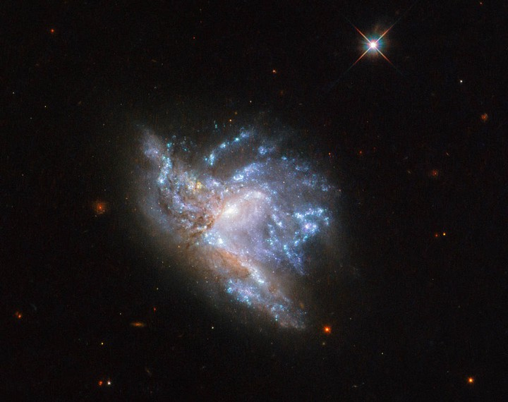 Hubble Captures Image of Galaxies Colliding 230 Million Light Years Away