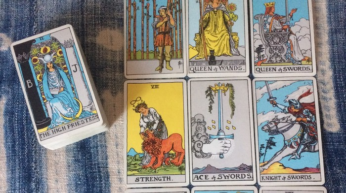 This Mental Health Worker Is Using Tarot Cards to Help Her Twitter Followers