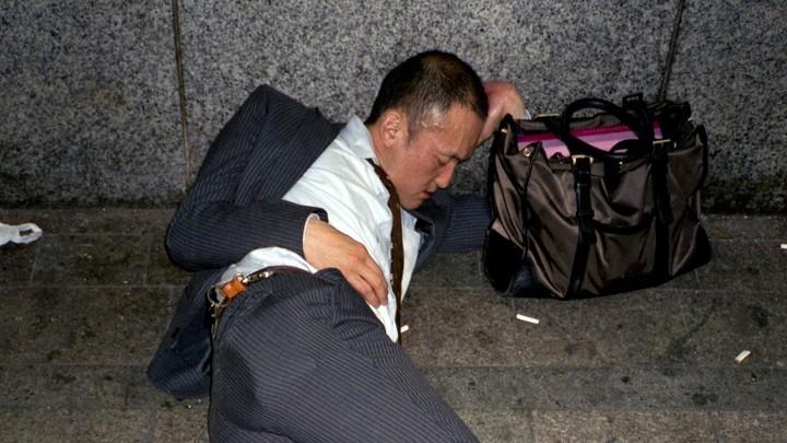 Photos de salariés japonais pendant leurs semaines de travail de 60 heures