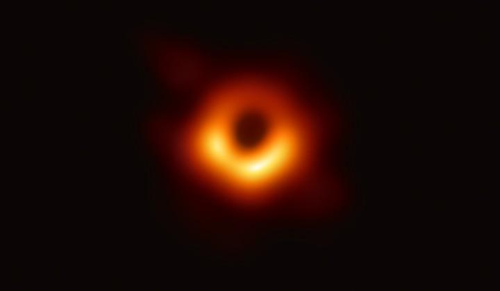 Des astronomes révèlent la toute première photo d'un trou noir - VICE