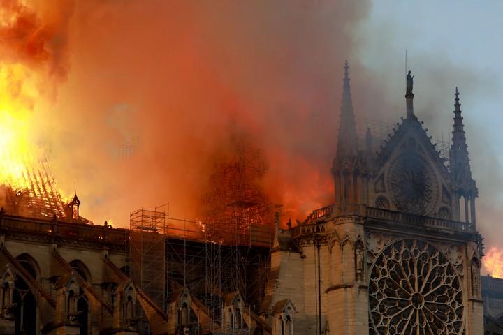 O icônico pináculo de Notre-Dame desmoronou durante um grande incêndio