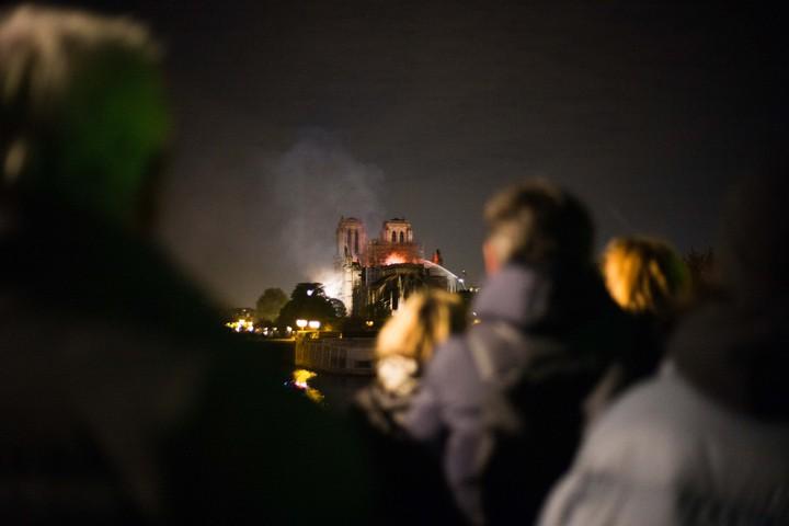 Avec les Parisiens au pied de Notre-Dame en flammes
