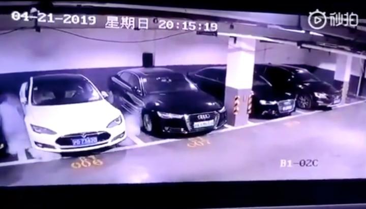 Une Tesla a explosé sans raison apparente dans un garage chinois - VICE