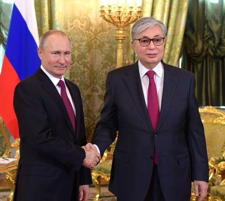 Le président du Kazakhstan devrait sans doute se calmer sur le Photoshop - VICE