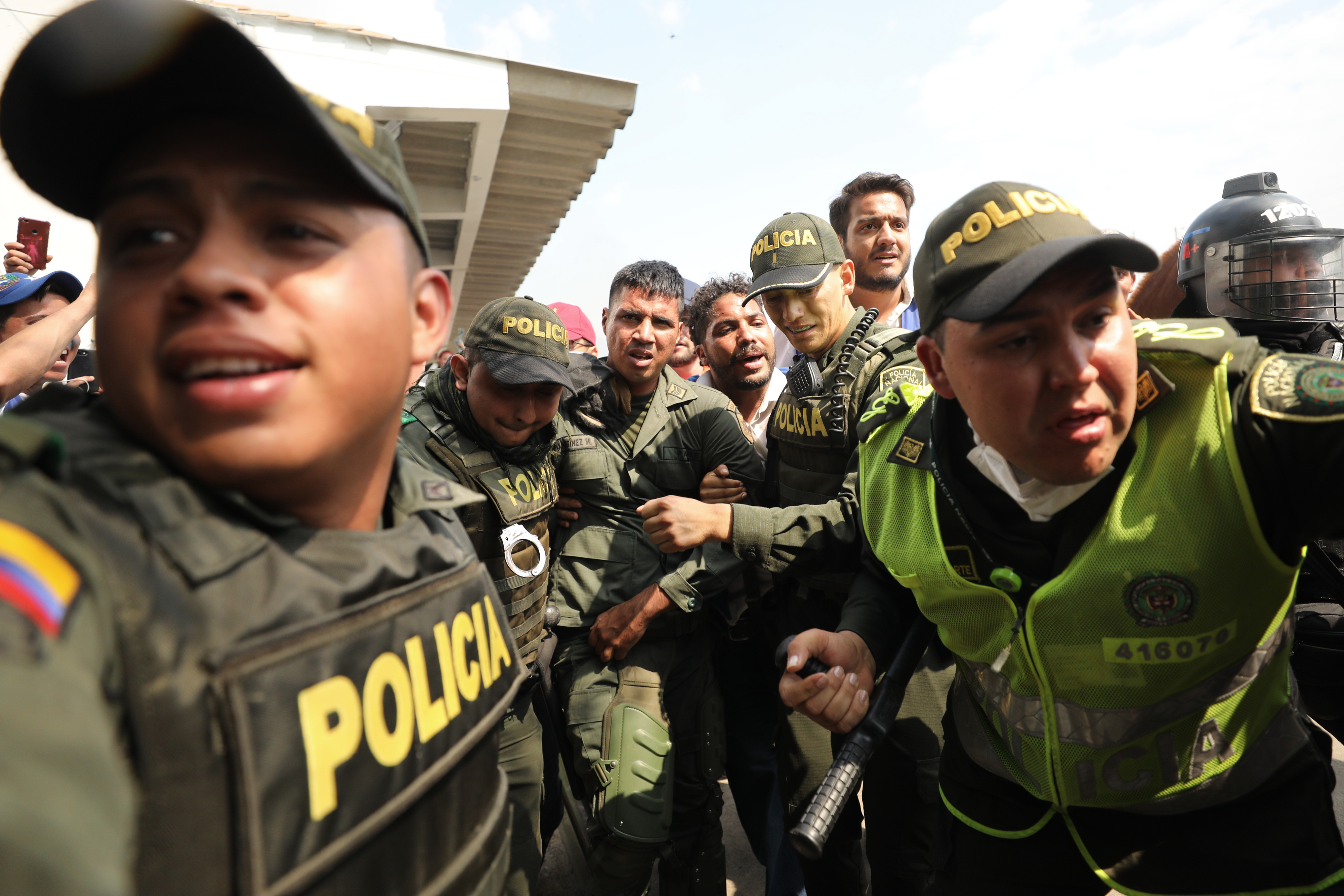 Colombia tells 800 Venezuelan soldiers to get a job instead of overthrowing Maduro