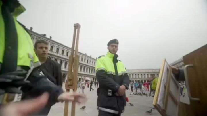 Video: Banksy trollt die wichtigste Kunstausstellung der Welt - VICE