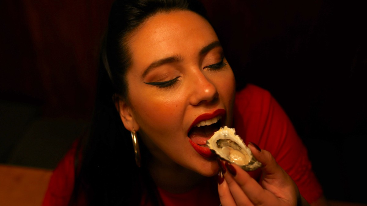 Quantas ostras você tem que comer pra ficar com tesão? Investigamos