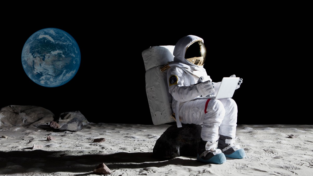 astronaut on the moon pictures - HD 2121×1193