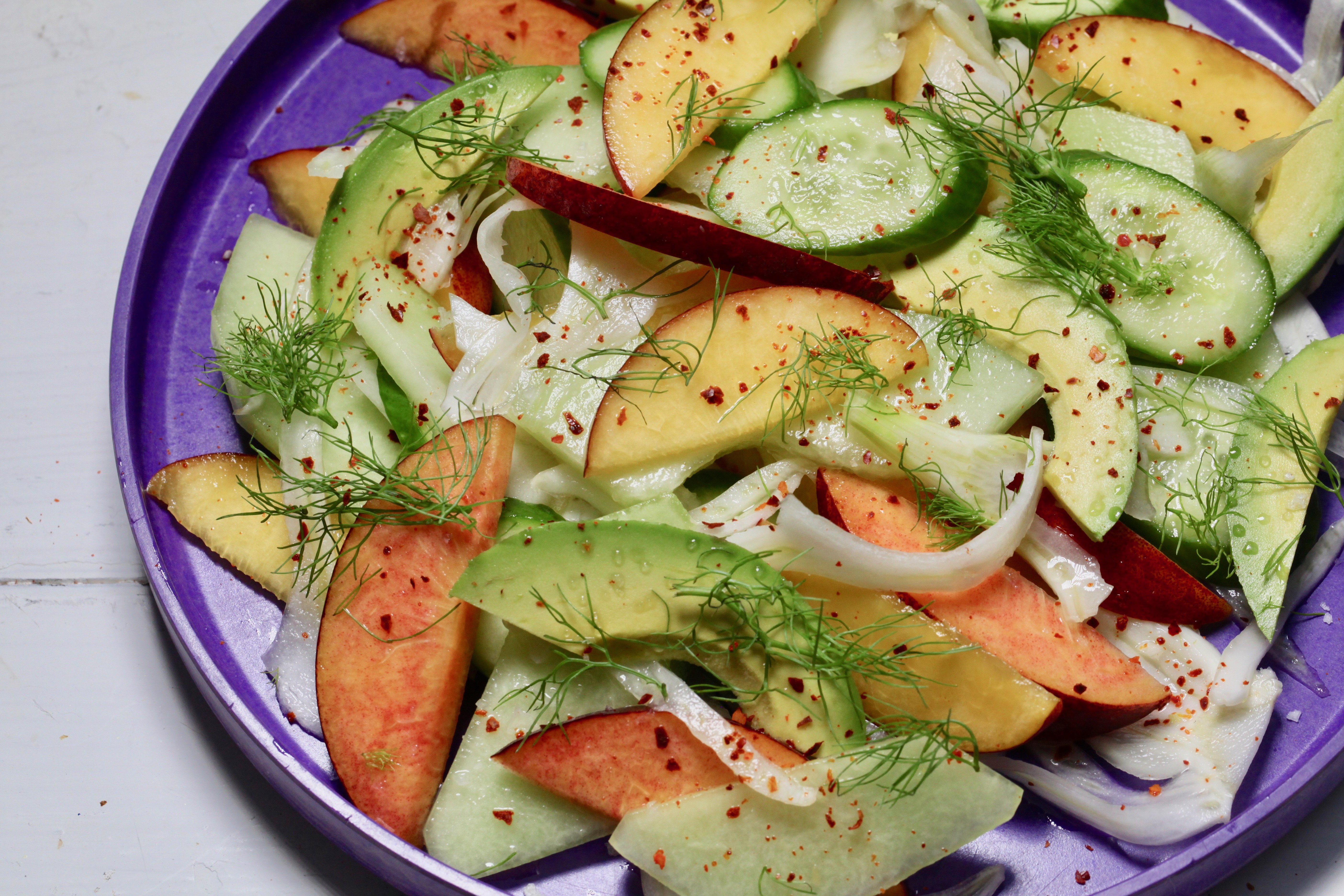Insalata estiva croccante: ricetta con pesche, melone e avocado - VICE