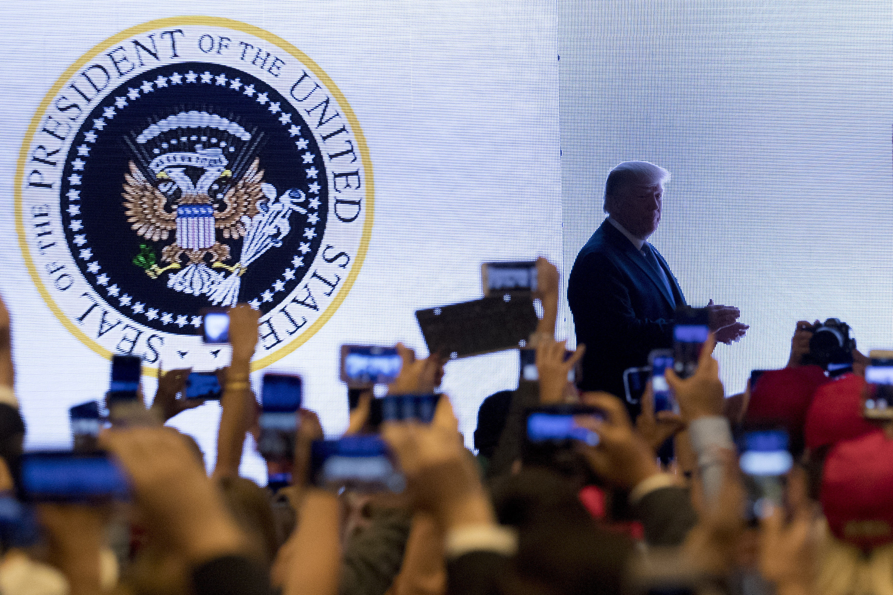 """Trump Somehow Ended Up Speaking in Front of a Presidential Seal That Said """"45 Is a Puppet"""" in Spanish - VICE"""