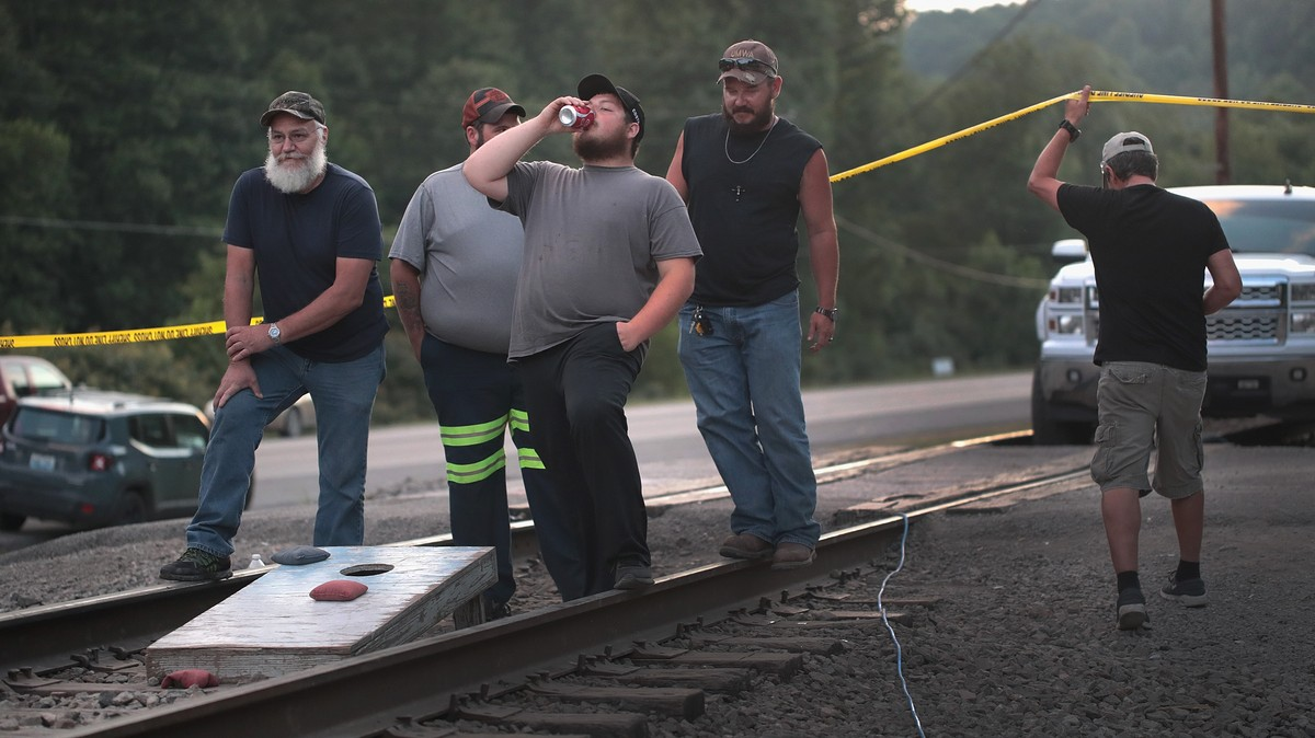 Bernie Sanders Sent a Bunch of Pizzas to the Coal Miners Blocking a Train in Kentucky