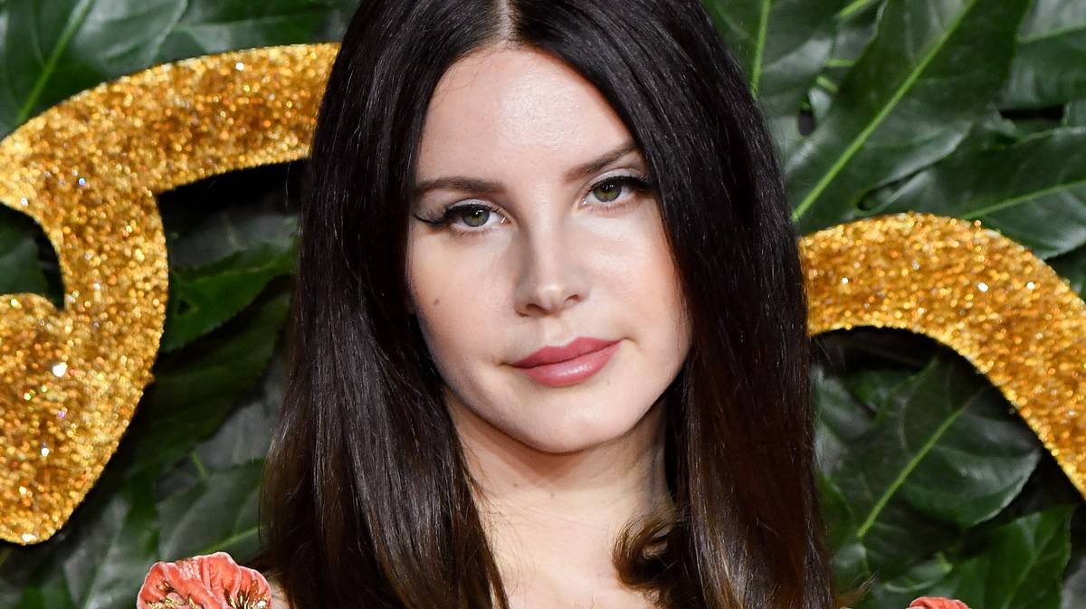 Lana Del Rey Spends Her Time 'Talking Shit' in Starbucks Just Like You
