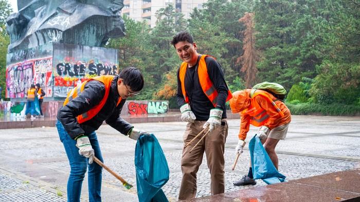 Diese Berlin-Touristen sammeln freiwillig Müll – Warum zur Hölle tun sie das?