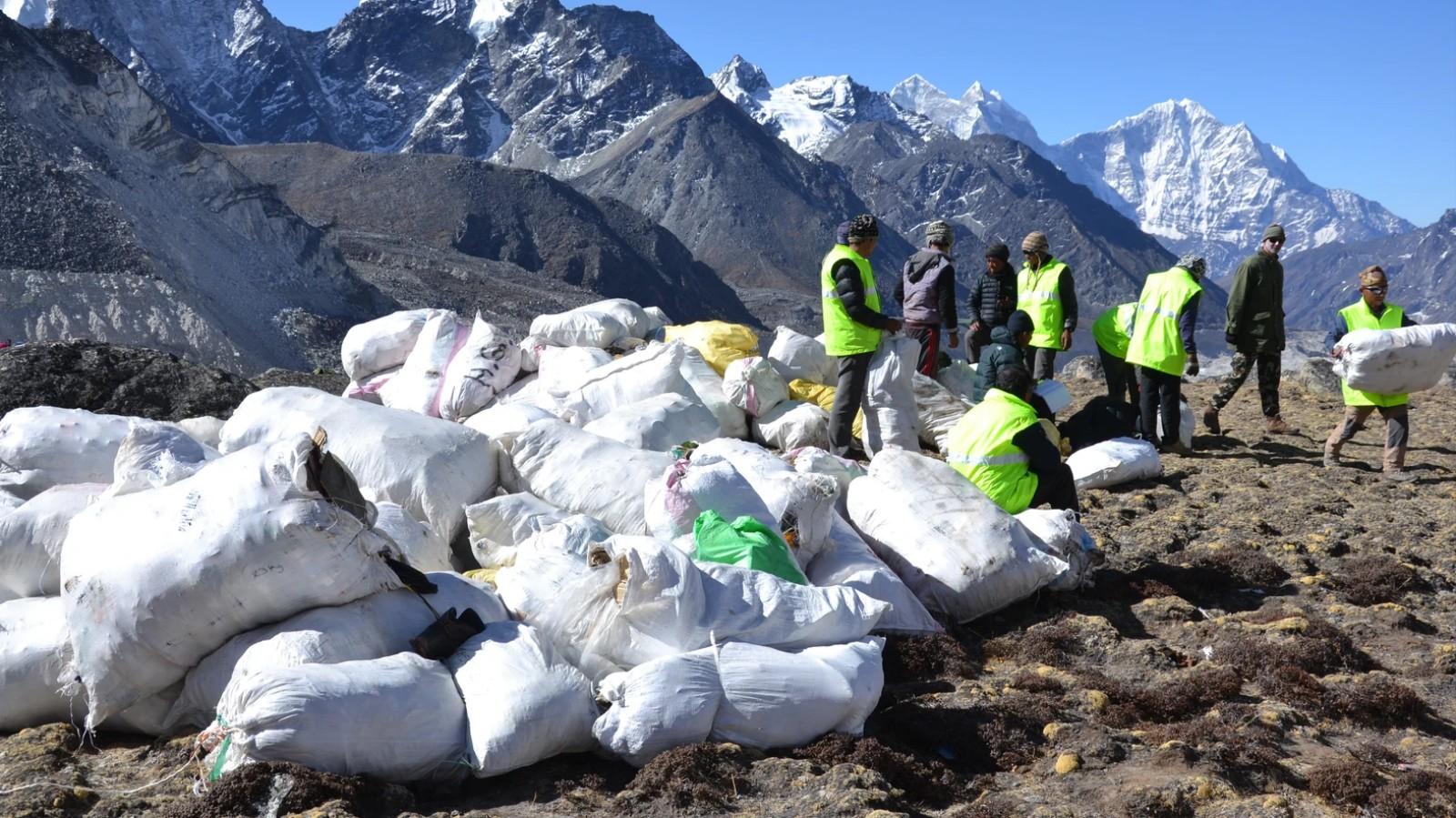 La fonte de l'Everest dévoile des tonnes de déchets et de cadavres