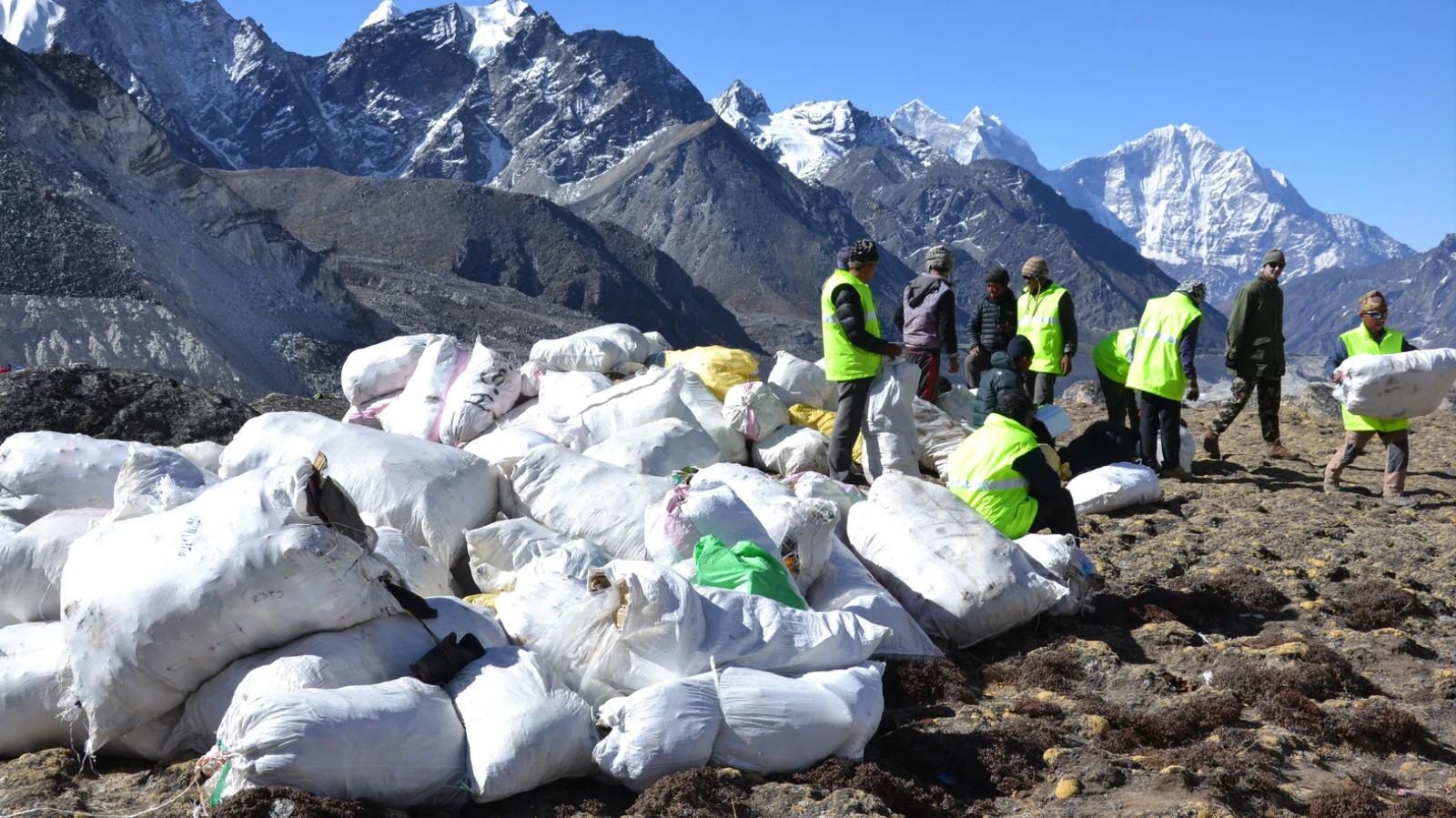 Ripulire l'Everest da immondizia e cadaveri sta diventando sempre più complicato
