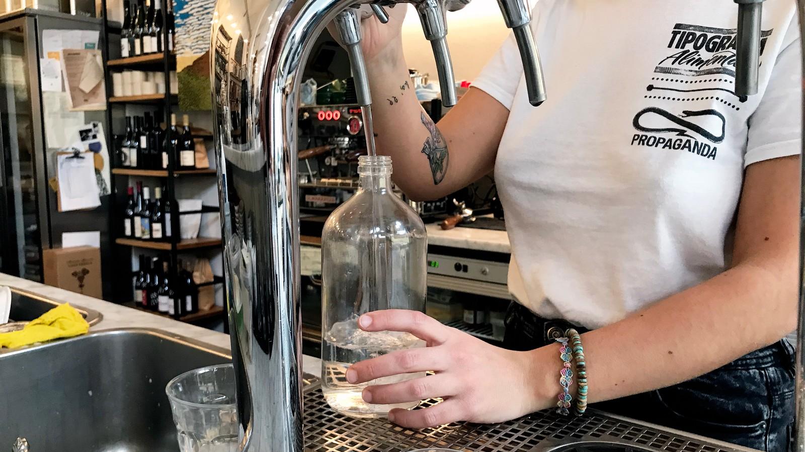 Perché dobbiamo smetterla di bere acqua confezionata (non solo per via della plastica)