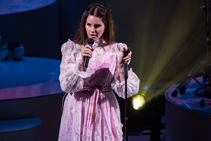 watch lana del rey and ben gibbard perform 'i will follow you into the dark'