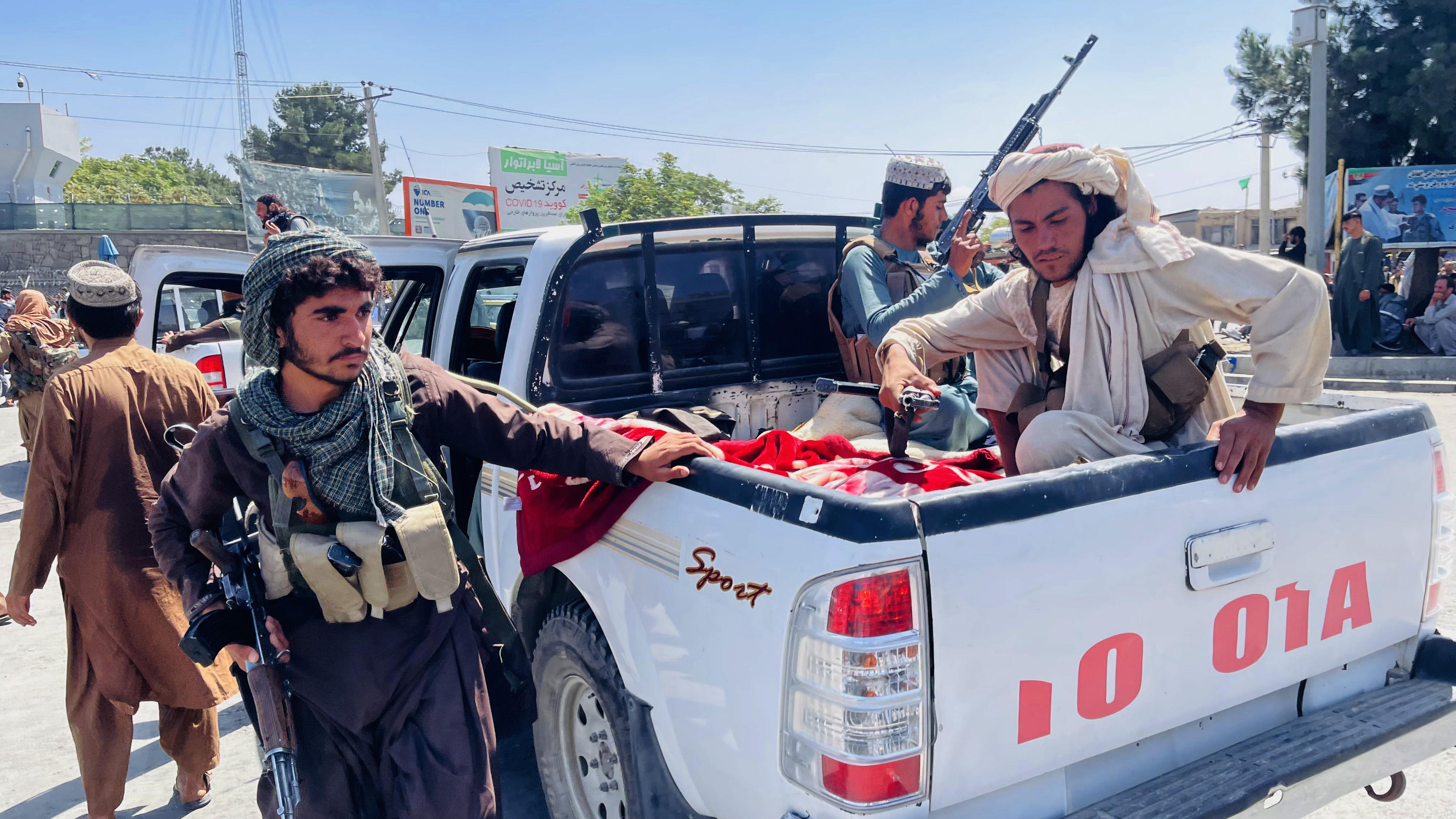 Participantes do Talibã no aeroporto de Cabul, na última segunda (16). Crédito: Haroon Sabawoon/Anadolu Agency