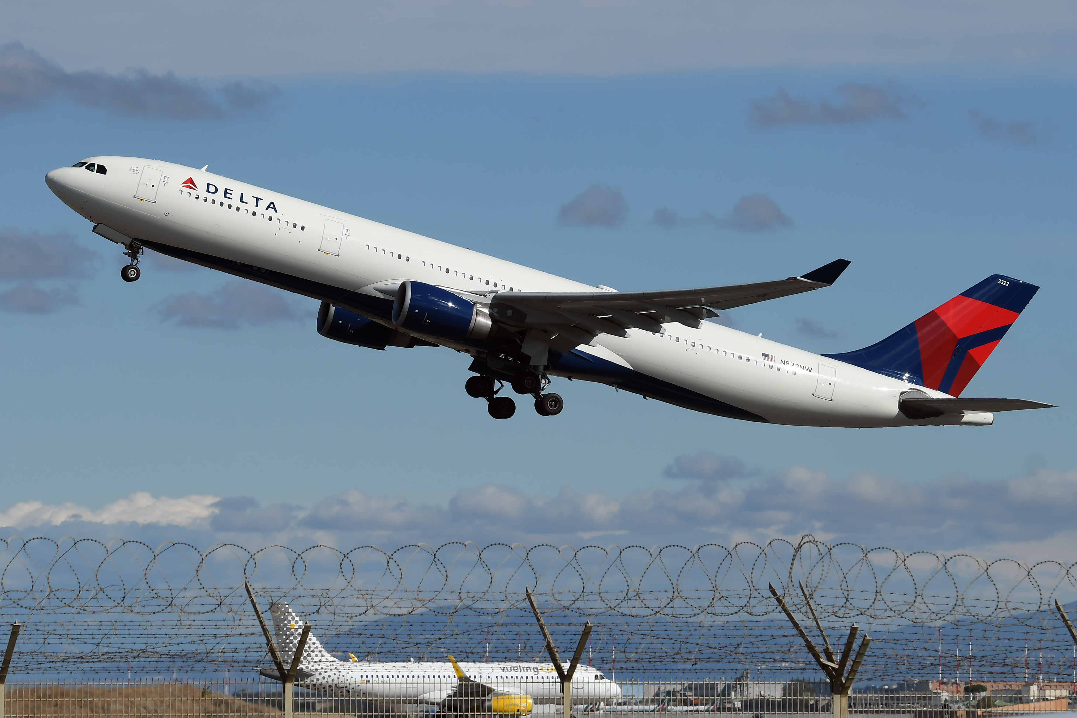 No, a Vaccinated Delta Pilot Did Not Die Mid-Flight