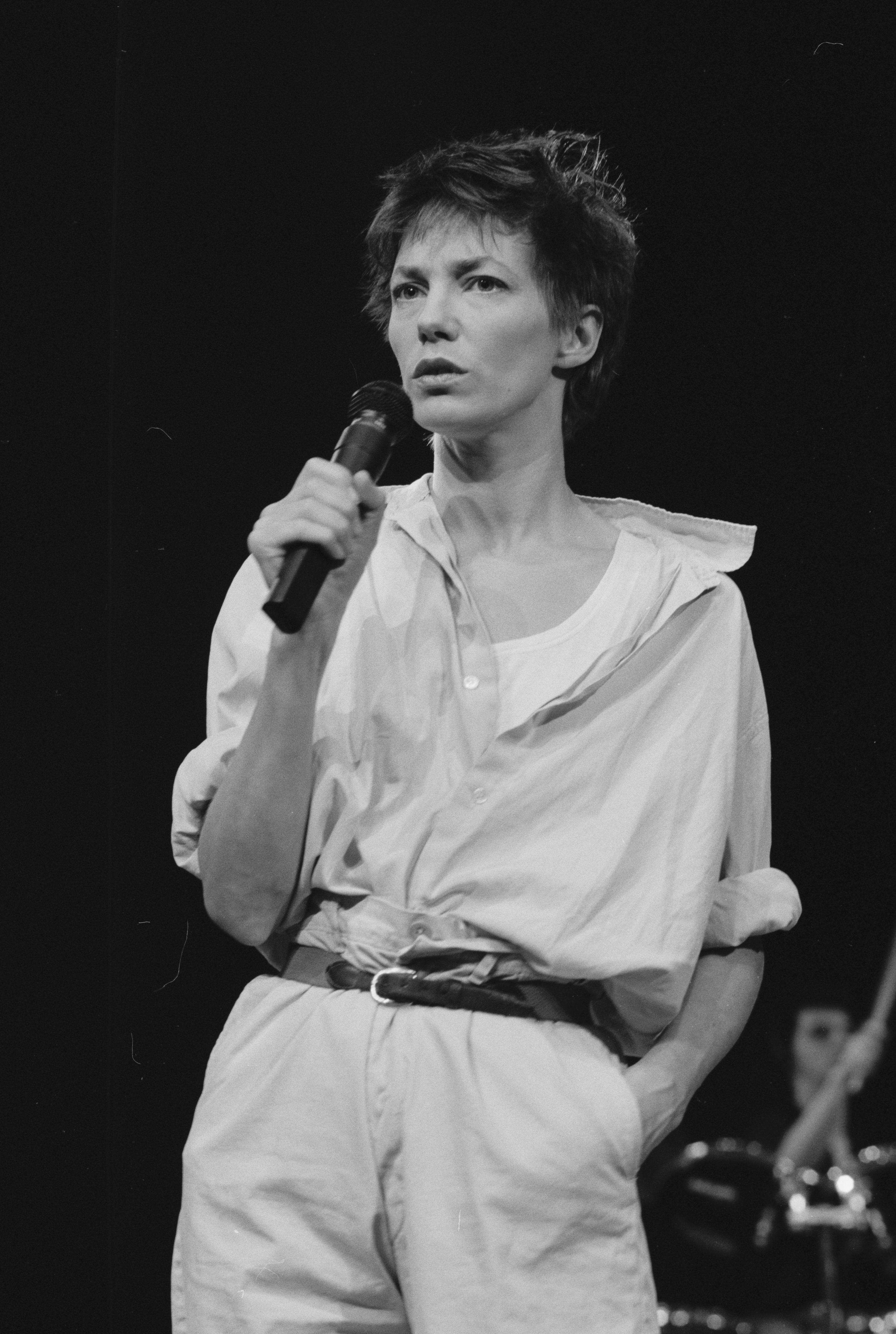 Jane-Birkin-Performing-in-Paris
