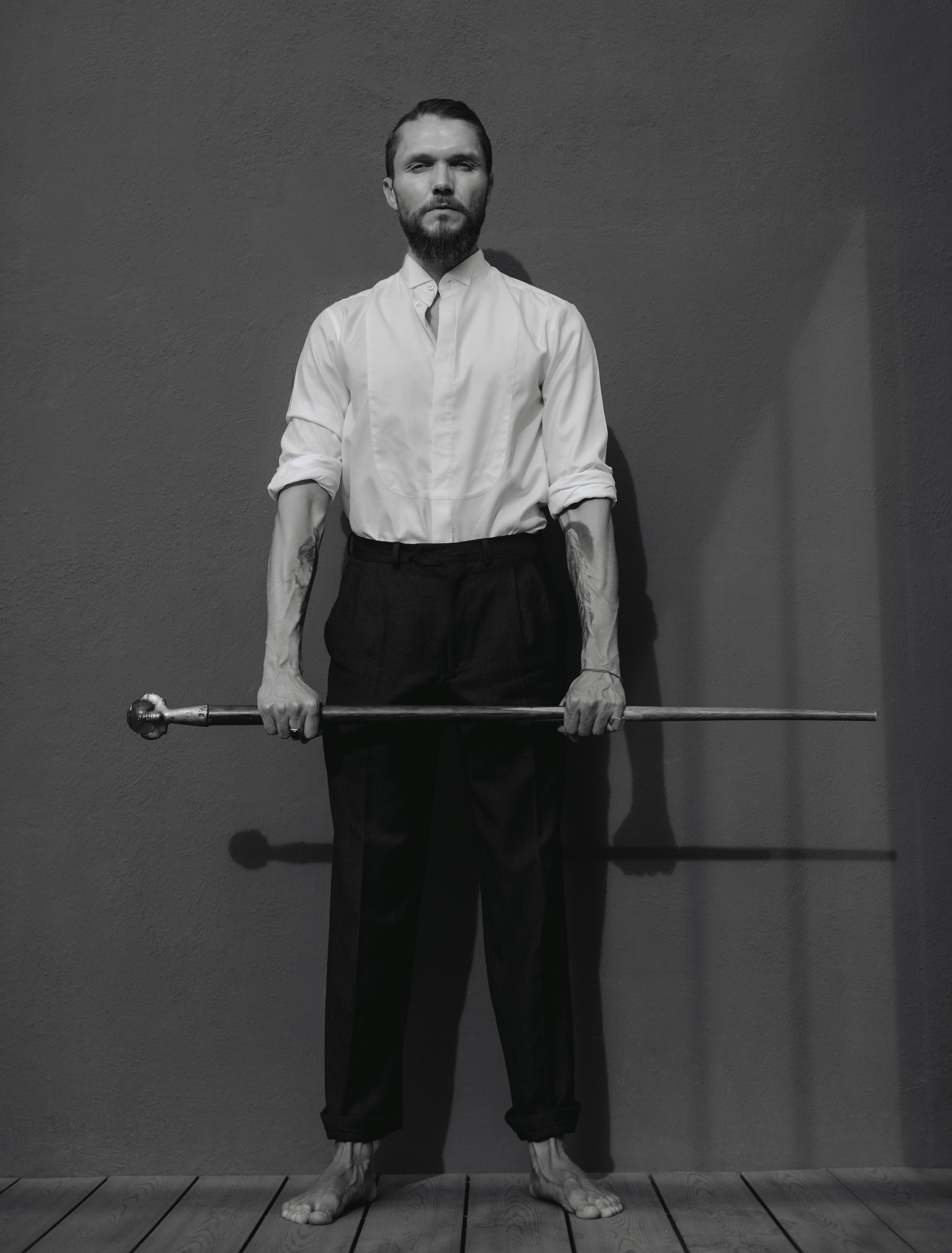 Nicko Nogues - retrato - hombre parado con bastón