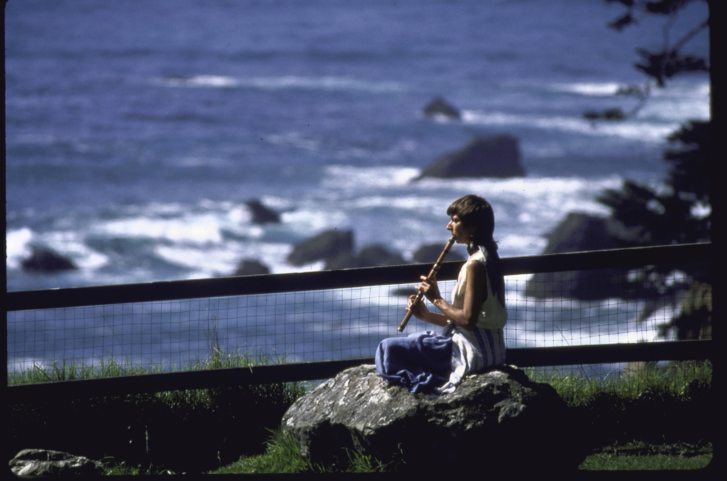 Une femme sur un rocher avec un luth à Esalen dans les années 80