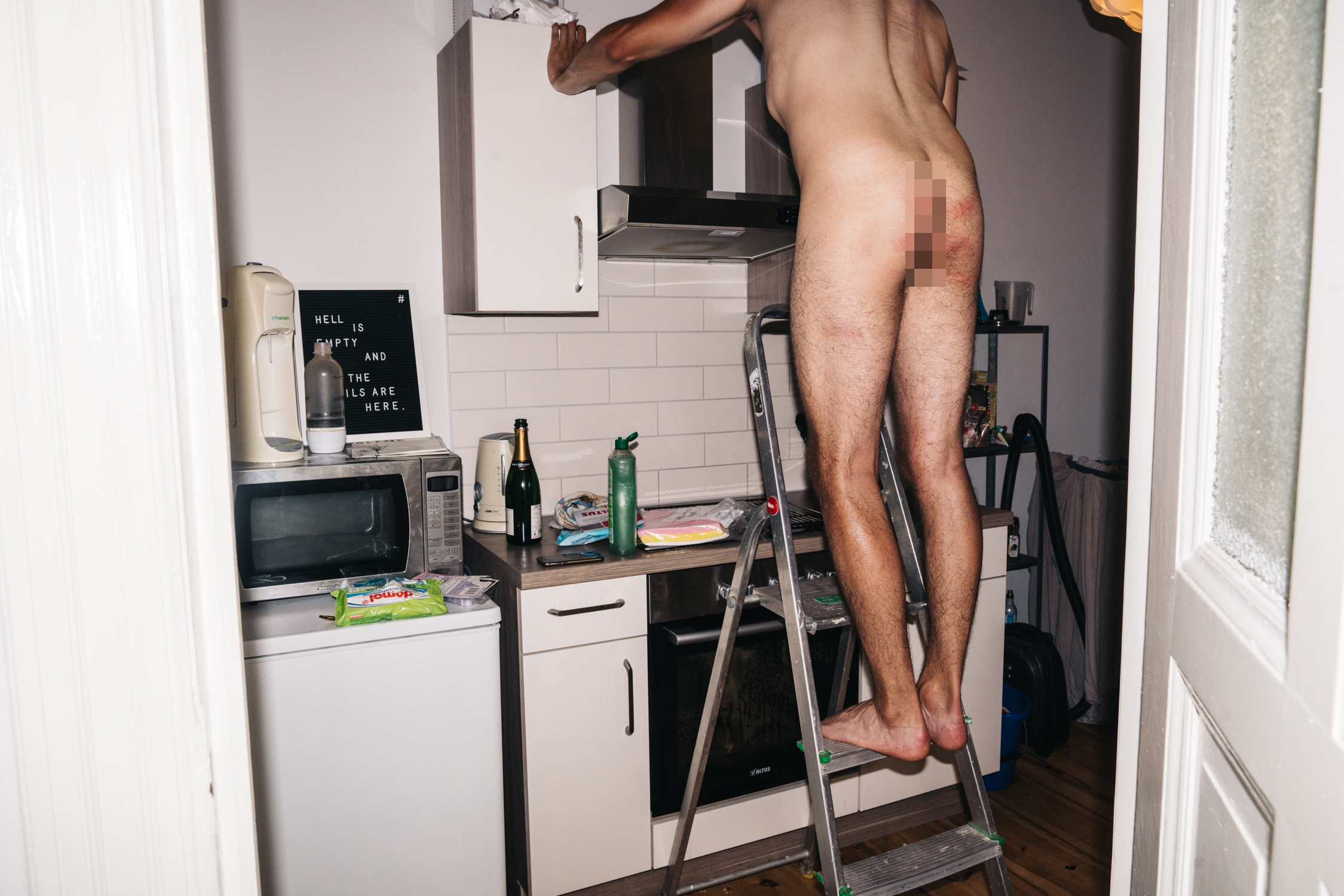 Mann nackt putzen Er zwingt