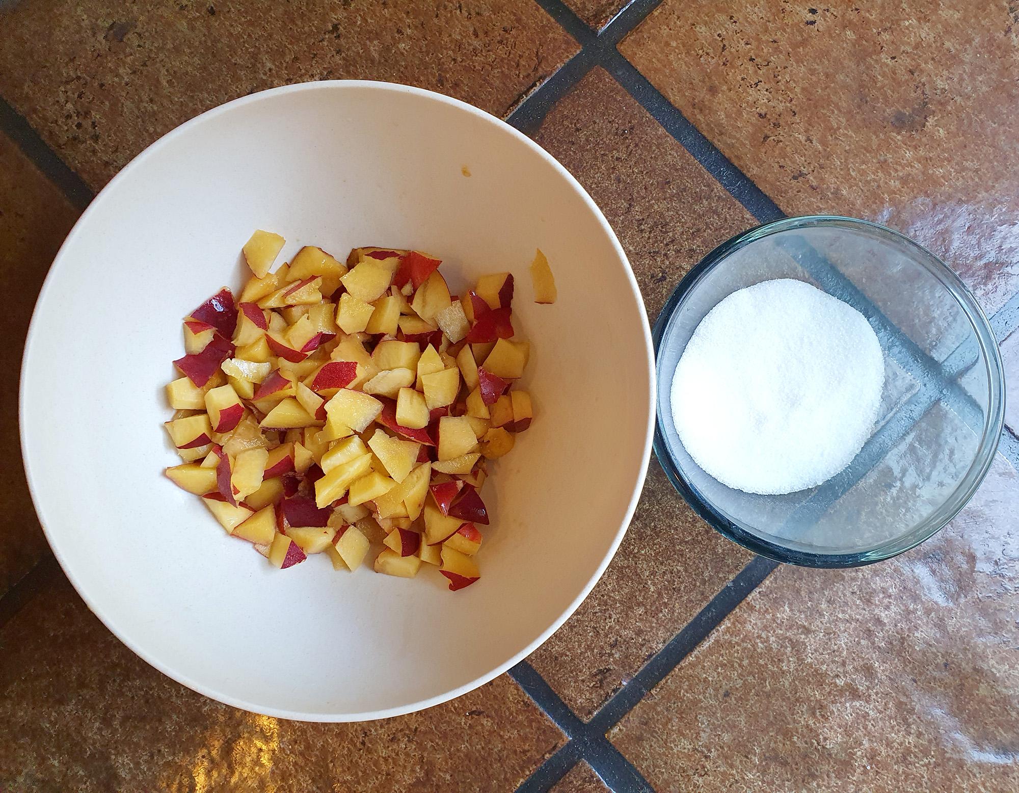 Semangkuk nektarin yang sudah dipotong dan semangkuk gula. Foto oleh penulis.