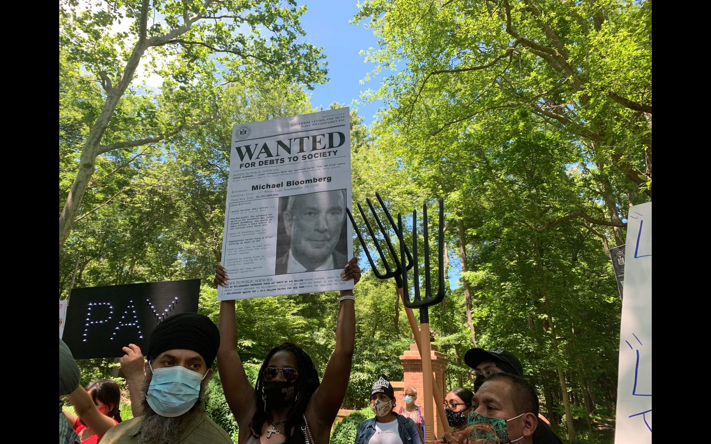 Protesters With Literal Pitchforks Just Showed Up to Billionaires' Mansions in the Hamptons - vice