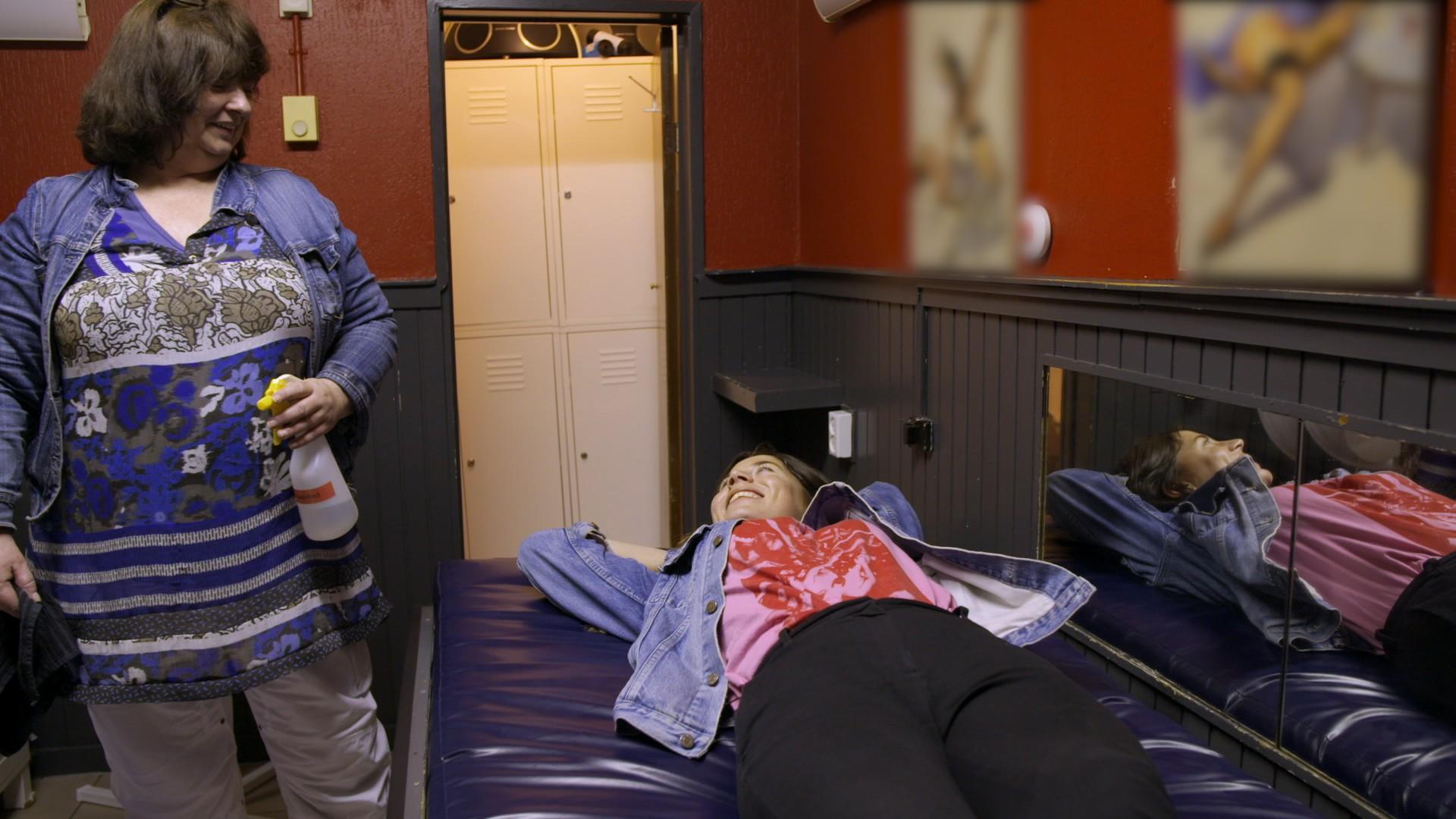 Schoonmaakster Henny sopt elke dag de kamertjes van de prostituees schoon