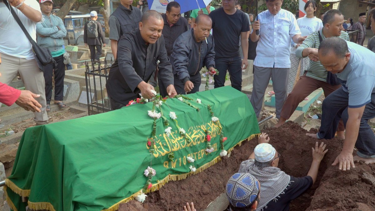 Running Out of Space for the Dead in Indonesia's Most Crowded City